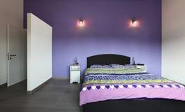Interior, dormitorio con la pared púrpura imagen de archivo libre de regalías