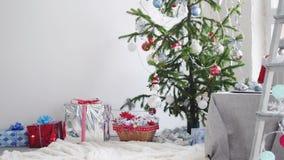 Interior elegante de la Navidad blanca con el árbol de abeto adornado Cámara lenta 3840x2160 almacen de video