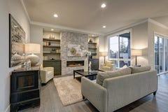 Interior elegante de la sala de estar en colores grises Imagenes de archivo