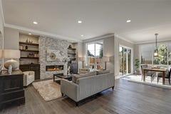 Interior elegante de la sala de estar en colores grises Imágenes de archivo libres de regalías