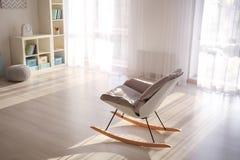 Interior elegante de la sala de estar con la silla cómoda Fotos de archivo