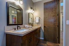 Interior elegante del cuarto de baño con el gabinete doble de la vanidad imagenes de archivo