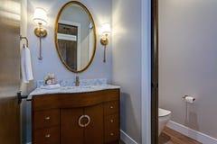 Interior elegante del cuarto de baño con el gabinete de madera de la vanidad imagenes de archivo