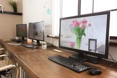 Interior elegante del lugar de trabajo con los ordenadores fotografía de archivo libre de regalías