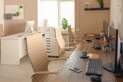 Interior elegante del lugar de trabajo con los ordenadores foto de archivo