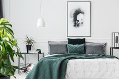 Interior elegante do quarto do verde esmeralda fotografia de stock