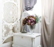 Interior elegante lamentable del sitio blanco, casandose la decoración Fotos de archivo libres de regalías
