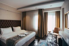 Interior elegante y c?modo del dormitorio del hogar y del hotel imagen de archivo libre de regalías