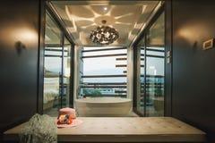 Interior en el cuarto en un hotel Fotos de archivo