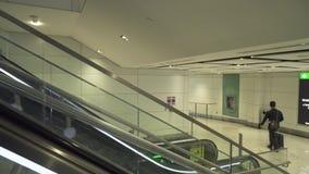 Interior en el vídeo de la cantidad de la acción del aeropuerto de Dubai International almacen de video