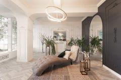 Interior en hotel luz del día en el interior y luz de lámparas eléctricas sala de estar de lujo con los pisos de madera del entar fotografía de archivo libre de regalías