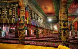 Interior en un templo budista Foto de archivo libre de regalías