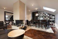 Interior engañoso del apartamento del desván con la chimenea Fotos de archivo libres de regalías