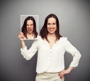 Interior enojado de la mujer sonriente Foto de archivo libre de regalías