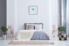 Interior equilibrado do quarto com plantas imagens de stock