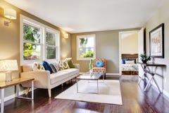 Interior equipado moderno de la sala de estar con el suelo de parqué imagen de archivo libre de regalías