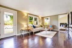 Interior equipado moderno de la sala de estar con el suelo de parqué fotos de archivo
