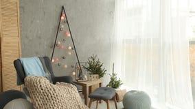 Interior escandinavo do Natal à moda com uma poltrona elegante e uma manta morna dos merinos Casa do conforto com novo nórdico vídeos de arquivo