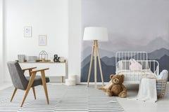 Interior escandinavo monocromático do quarto do ` s da criança foto de stock