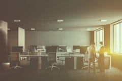 Interior escuro do escritório de plano aberto do tema, pessoa Imagem de Stock Royalty Free