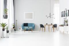 Interior espaçoso azul e branco imagem de stock royalty free