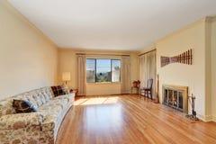 Interior espaçoso da sala de visitas com a grandes sofá e chaminé Fotos de Stock Royalty Free
