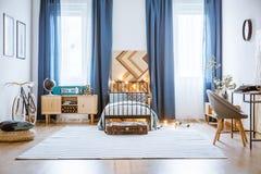 Interior espacioso azul del dormitorio Fotos de archivo