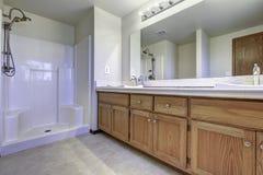 Interior espacioso del cuarto de baño con la ducha abierta Foto de archivo libre de regalías