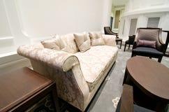 Interior espacioso del diseño moderno de una sala de estar Imagen de archivo