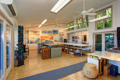 Interior espaçoso do escritório domiciliário de um artesão Atmosfera de funcionamento Imagem de Stock
