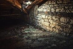 Interior espeluznante del ático en el edificio abandonado Imagenes de archivo