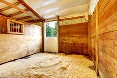 Interior estável vazio da exploração agrícola do cavalo. fotos de stock