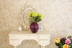 Interior estilizado velho com tabela e quadro brancos Foto de Stock