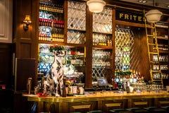 Interior europeu dos restaurantes com vitral dos ajustes e dos candelabros da tabela Imagens de Stock Royalty Free