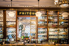 Interior europeu dos restaurantes com vitral dos ajustes e dos candelabros da tabela Fotografia de Stock Royalty Free