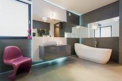 Interior exclusivo del cuarto de baño del contemporáneo imagen de archivo