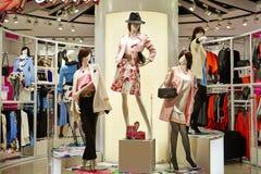 Interior femenino de la tienda de la moda Imágenes de archivo libres de regalías