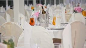 Interior festivo: Boda Pasillo con la celebración adornada mesas de comedor del banquete metrajes