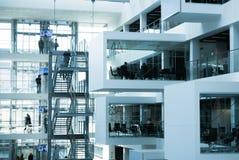 Interior futurista de la universidad moderna del ITU del edificio de oficinas Imagen de archivo libre de regalías