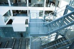 Interior futurista del edificio de oficinas moderno Foto de archivo