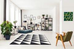 Interior geométrico do apartamento com pintura imagem de stock royalty free