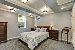 Interior gris del dormitorio abajo Fotos de archivo