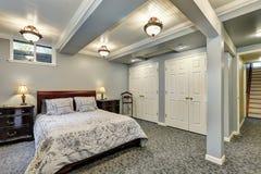 Interior gris del dormitorio abajo Fotos de archivo libres de regalías