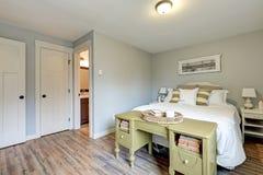 Interior gris pálido precioso del dormitorio imágenes de archivo libres de regalías
