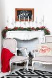 Interior hermoso de la Navidad Decoración del Año Nuevo Hogar de la comodidad Árbol clásico del Año Nuevo adornado en un cuarto c Fotografía de archivo