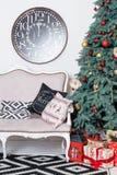 Interior hermoso de la Navidad Decoración del Año Nuevo Hogar de la comodidad Árbol clásico y regalos de Navidad del Año Nuevo en Imágenes de archivo libres de regalías