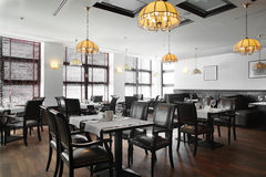 Interior hermoso del restaurante moderno imagen de archivo
