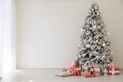 Interior home do Natal com árvore do White Christmas fotos de stock