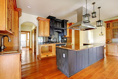 Interior home luxuoso da construção nova. Cozinha com detalhes bonitos. Foto de Stock Royalty Free