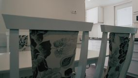 Interior home moderno Projeto moderno da cozinha no interior claro Há igualmente uma ilha de cozinha na sala Cozinha e vídeos de arquivo